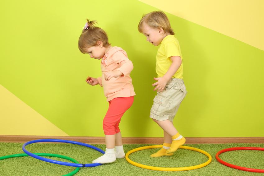 Kinder im Sportraum