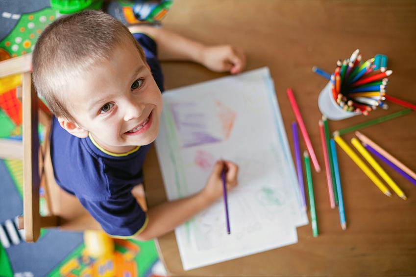 Junge malt Bild